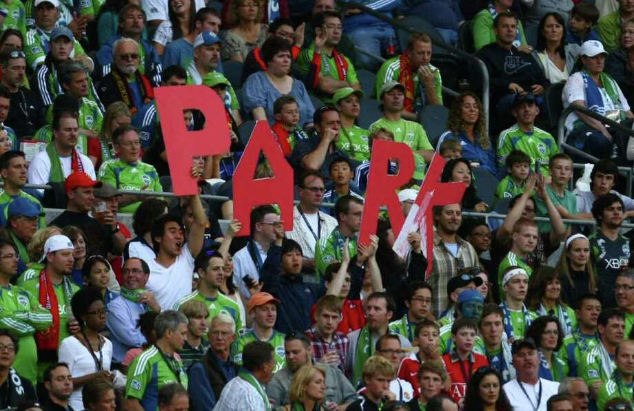 Fans of Manchester United player Ji-Sung Park hold up the player's name. Photo: JOSHUA TRUJILLO / SEATTLEPI.COM
