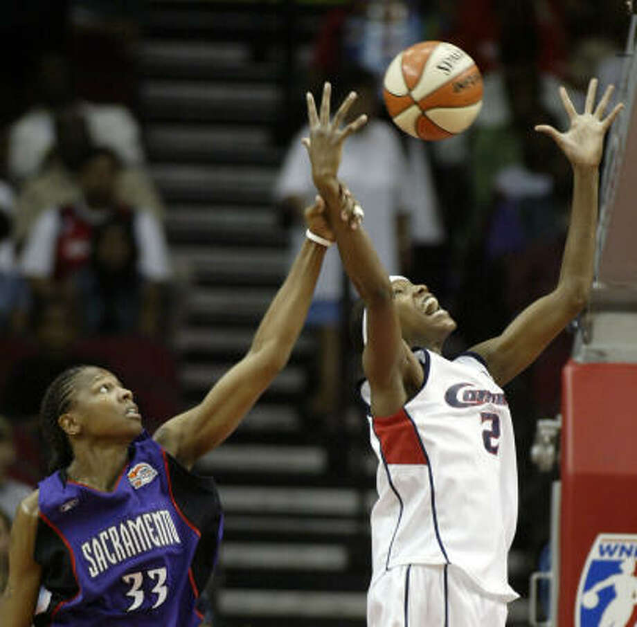 Comets' Michelle Snow and Monarchs' Yolanda Griffith fight for a rebound. Photo: JESSICA KOURKOUNIS, ASSOCIATED PRESS