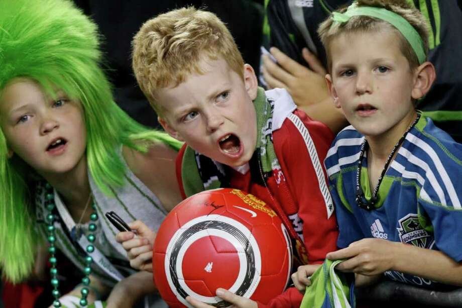 Young fans. Photo: JOE DYER / SEATTLEPI.COM