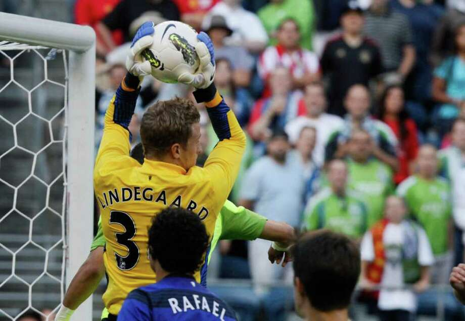 Manchester United goalkeeper Anders Lindegaard blocks a shot. Photo: JOE DYER / SEATTLEPI.COM