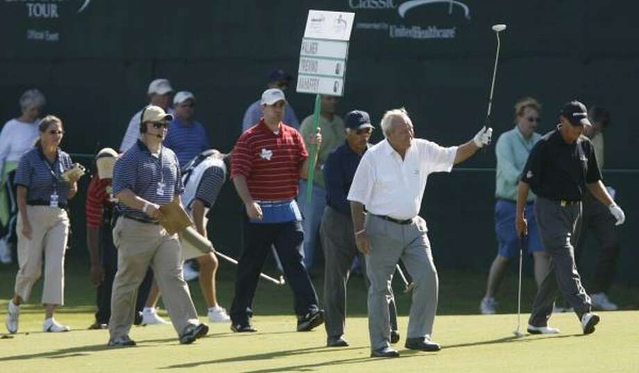 Arnold Palmer acknowledges the crowd at the 18th green Friday during the Administaff Small Business Classic. Photo: Billy Smith II, CHRONICLE