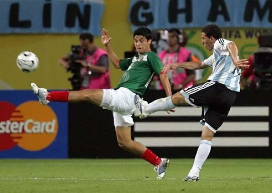 Argentine midfielder Maxi Rodriguez scores the winning goal against Mexico. Photo: DANIEL GARCIA, AFP / Getty Images