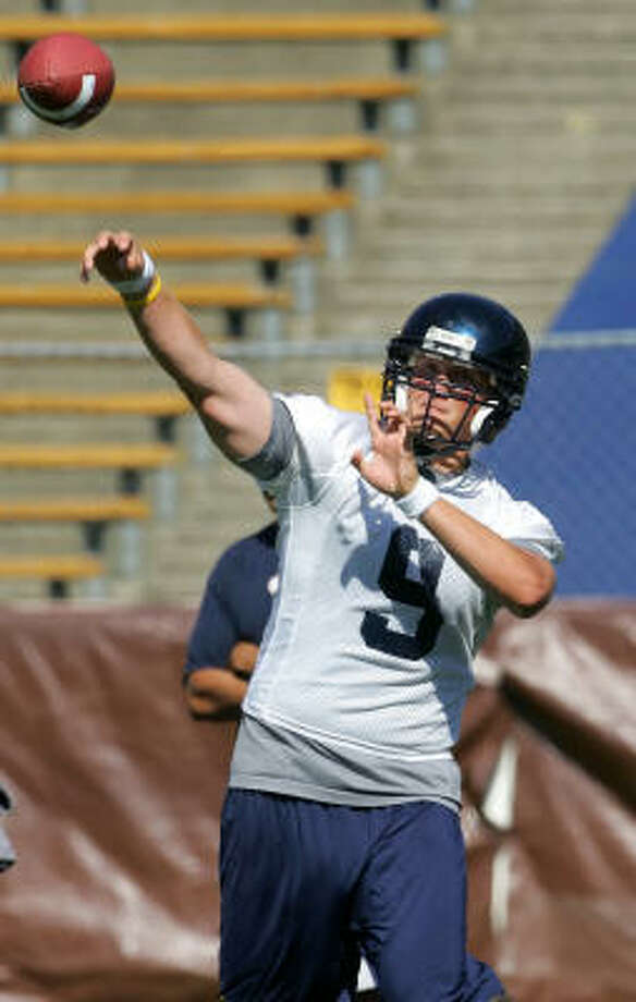 California quarterback Nate Longshore, whose is battling with Joe Ayoob to be the starter, throws a pass during football practice last week. Photo: JEFF CHIU, AP