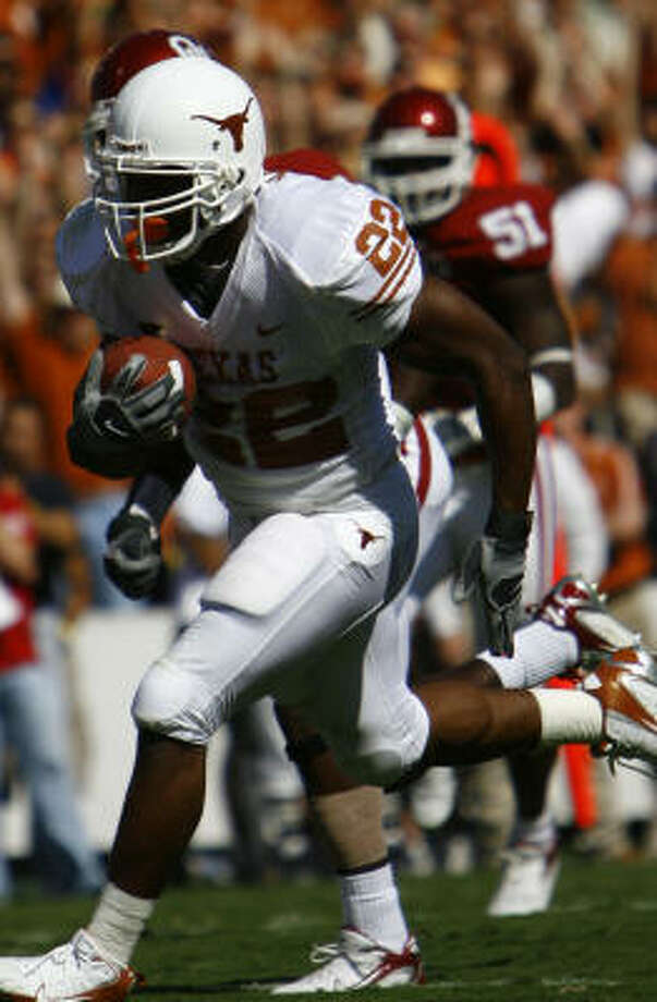 Running back Selvin Young runs for Texas' first TD on Saturday against Oklahoma. Photo: Nick De La Torre, HOUSTON CHRONICLE