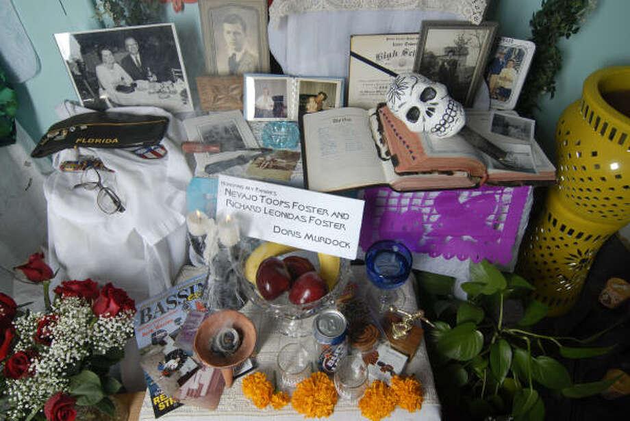 Elementos del altar tradicional diseñado por Doris Murdock para el Día de Muertos en Casa Ramírez, en Houston. Photo: Carlos Javier Sánchez, Para La Voz