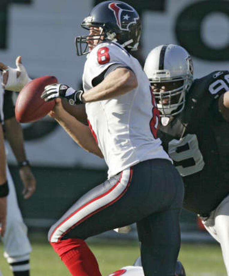 David Carr's play over the final four weeks, and not anything Vince Young does Sunday at Relaint Stadium, will determine how Carr's future with the Texans plays out. Photo: BRETT COOMER, HOUSTON CHRONICLE