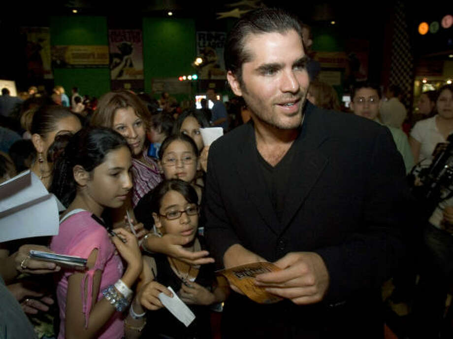 Eduardo Verastegui signs autographs on the red carpet during the U.S. premiere of Meet Me in Miami, June 6, in Houston. Photo: BRETT COOMER, HOUSTON CHRONICLE