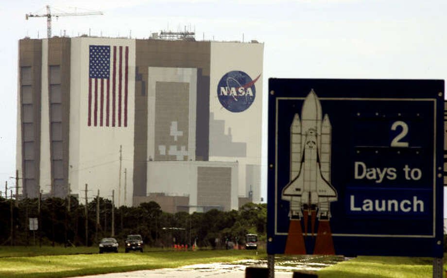 A sign at the Kennedy Space Center counts days before liftoff of Atlantis. Photo: TERRY RENNA, AP