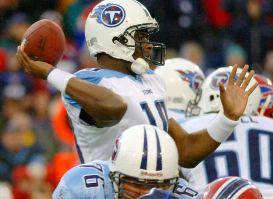 Tennessee quarterback Vince Young (10) directed the Titans to a 5-1 record to close the season Photo: DON HEUPEL, AP