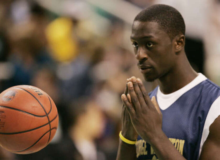 Pops Mensah-Bonsu, who played college ball at George Washington, averaged 5 points and 5.1 rebounds a game last season in split duty with the Spurs and Raptors. Photo: CHUCK BURTON, AP