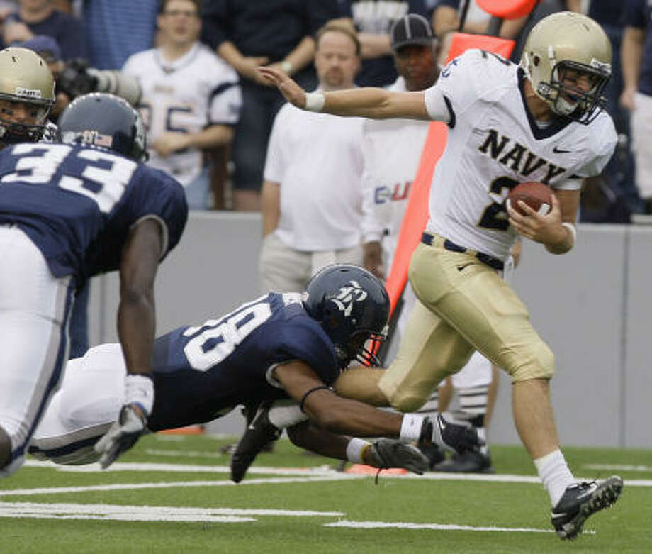 Navy's offense ran right through Rice's young defense in the Midshipmen's 63-14 victory on Saturday. Photo: Melissa Phillip, Chronicle