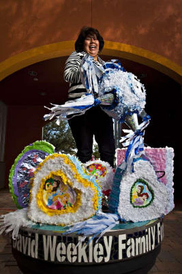 Candelaria Galindo: da clases de artesanía en el centro comunitario Baker-Ripley Neighborhood, de Gulfton. Photo: Eric  Kayne, Para La Voz