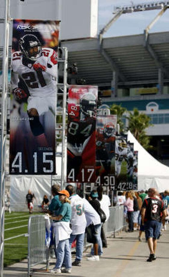 La gran fiesta del deporte estadounidense comenzó a vivirse en la semana previa al Super Bowl en el Dolphin Stadium de Miami. Photo: Eliot J. Schechter, Getty Images