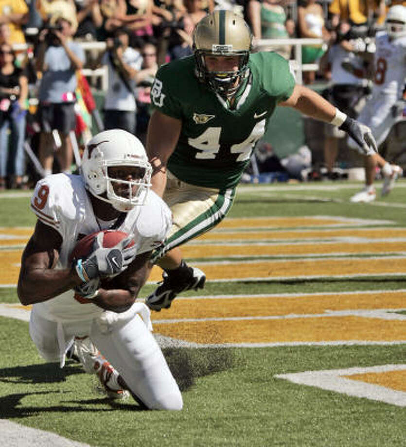 Texas wide receiver Nate Jones catches a touchdown pass in front of Baylor defender Nick Moore. Photo: LM Otero, AP