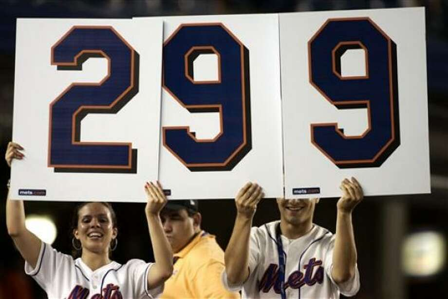 Mets team boosters know where Tom Glavine stands on the career wins chart. Photo: Ed Betz, AP