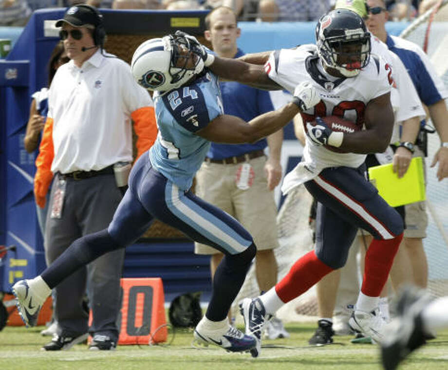 Steve Slaton ran so well, he forced the Titans to make a defensive change. Photo: Brett Coomer, Chronicle