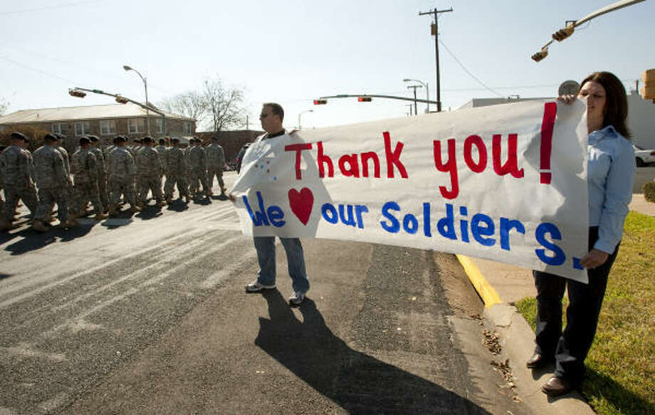 Brian and Nancy Pruitt show their support as soldiers in Killeen near Fort Hood, where 13 soldiers were killed last week. Photo: Jay Janner, Austin American-Statesman