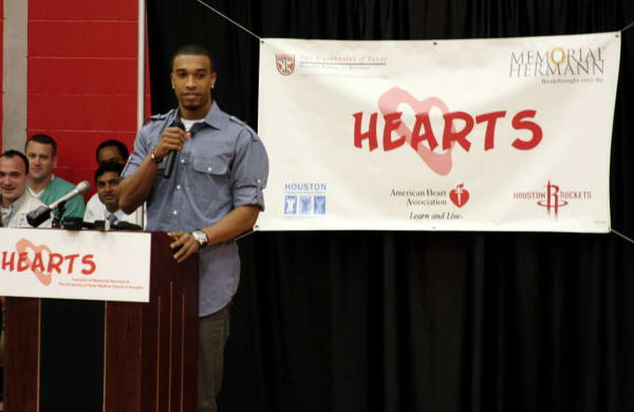 Courtney Lee lectures young athletes about hypertrophic cardiomyopathy, a heart disease that suddenly claimed the life of his college roommate Danny Rumph in 2005. Photo: COURTESY OF MEMORIAL HERMANN-TEXAS MEDICAL CENTER