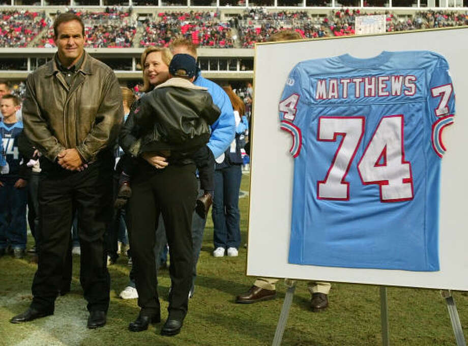 It's no lock that retired Titans lineman Bruce Matthews, left, with his wife, Carrie, and their youngest son, Luke, will be voted into the Hall of Fame this weekend. Photo: JOHN RUSSELL, AP