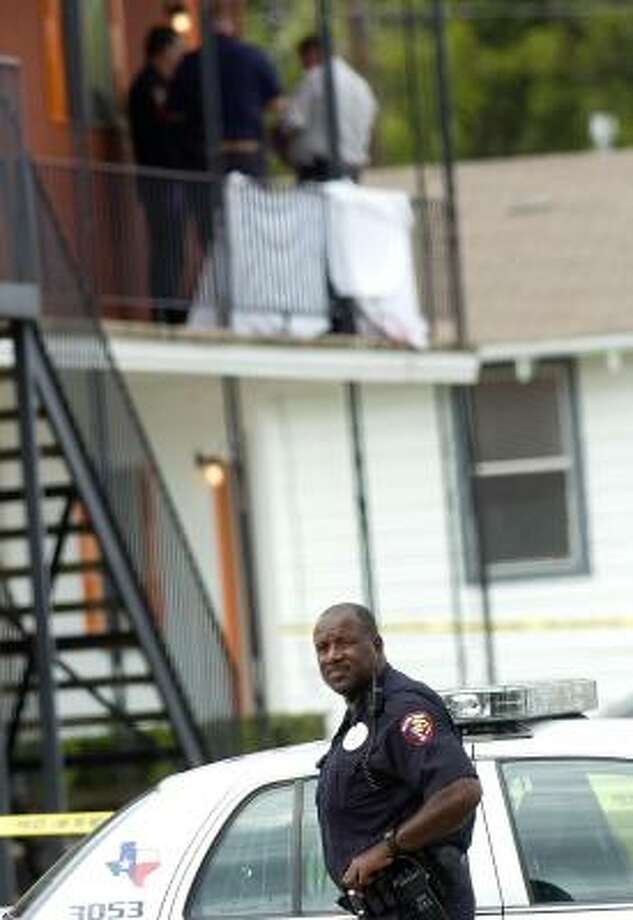 Killeen police officer Maurice Jones secures the crime scene Monday where a Fort Hood soldier confronted his lieutenant at his off-base apartment, then fatally shot him. Photo: DAVID MORRIS, KILLEEN DAILY HERALD