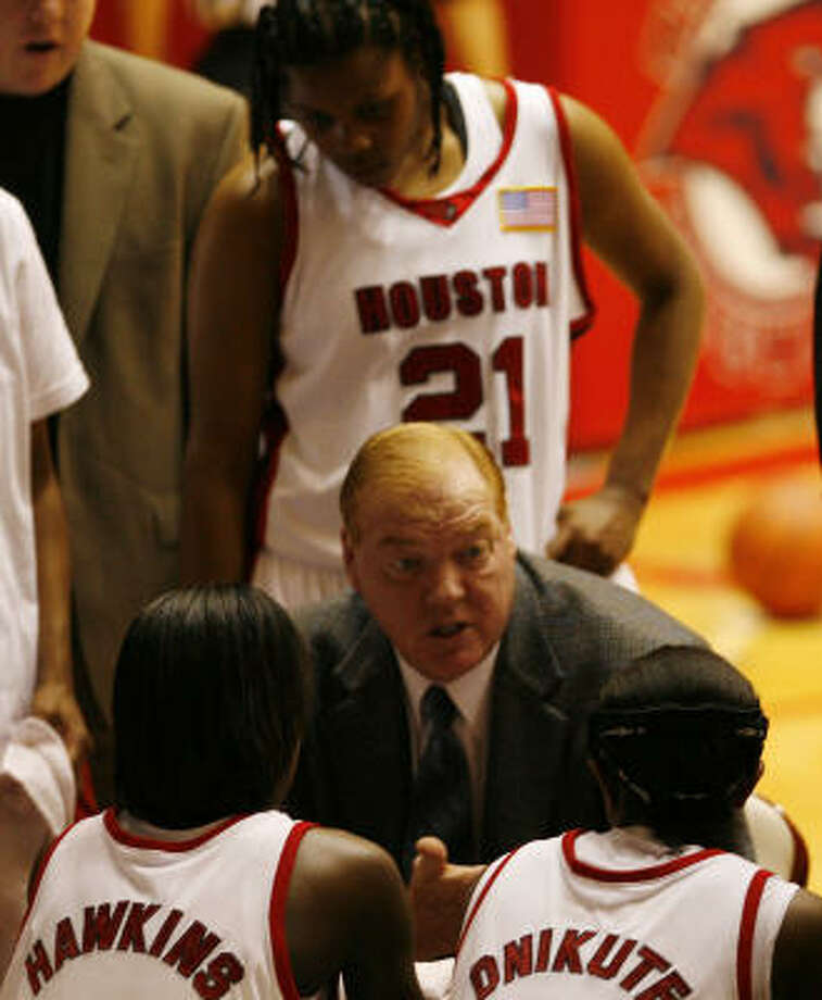 UH women's basketball head coach Joe Curl (center), shown in 2006, earned his 300th career win Friday. Photo: James Nielsen, Chronicle