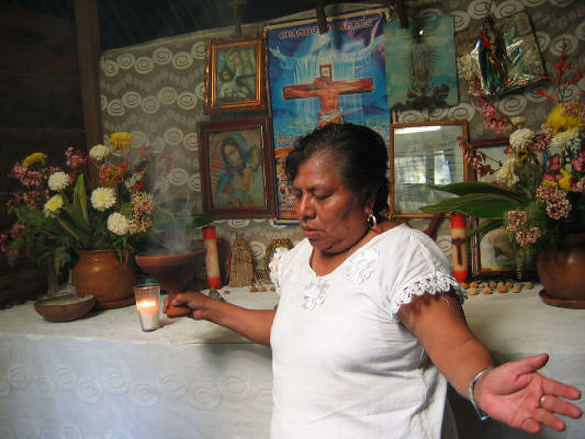 Ixtepán performs a spiritual cleansing.
