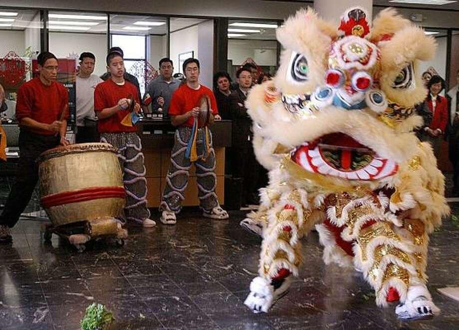 Miembros del Lee's Golden Dragon en una actuación en el Metro Bank de Bellaire. Photo: Kim Christensen