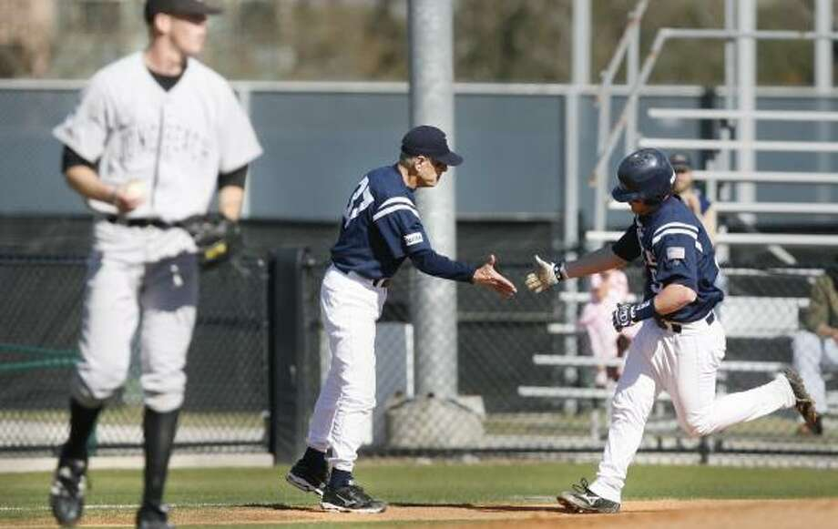 Rice coach Wayne Graham, center, congratulates Aaron Luna on his fourth-inning homer. Photo: KEVIN FUJII, CHRONICLE