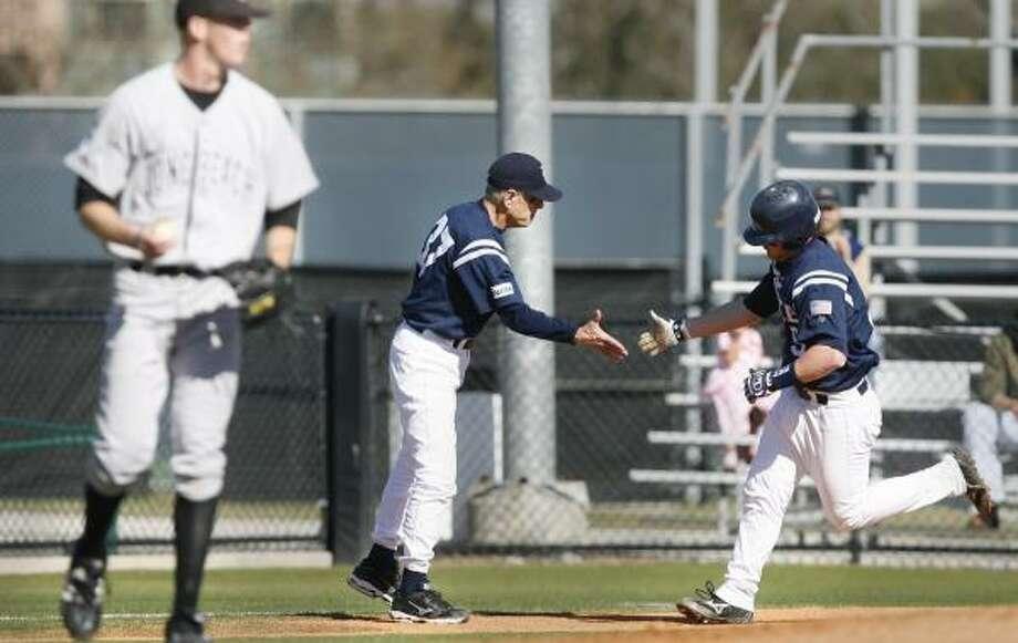 Rice coach Wayne Graham, center, congratulates Aaron Luna on his fourth-inning homer. Photo: KEVIN FUJII, CHRONICLE