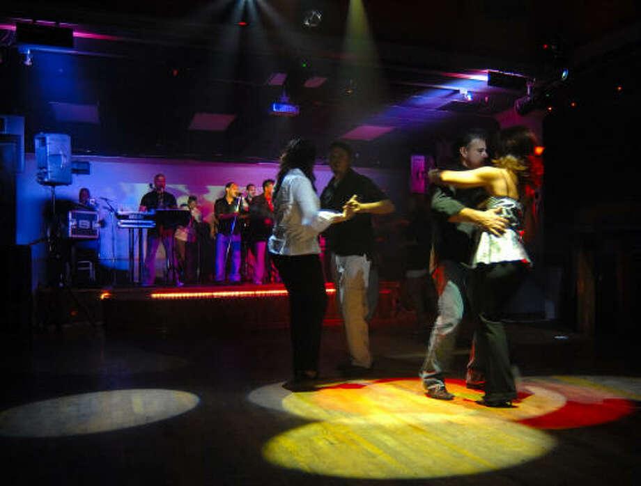 Los bailarines dan rienda suelta a sus mejores rutinas con el ritmo de la música. Photo: Tre' Ridings, Para La Vibra