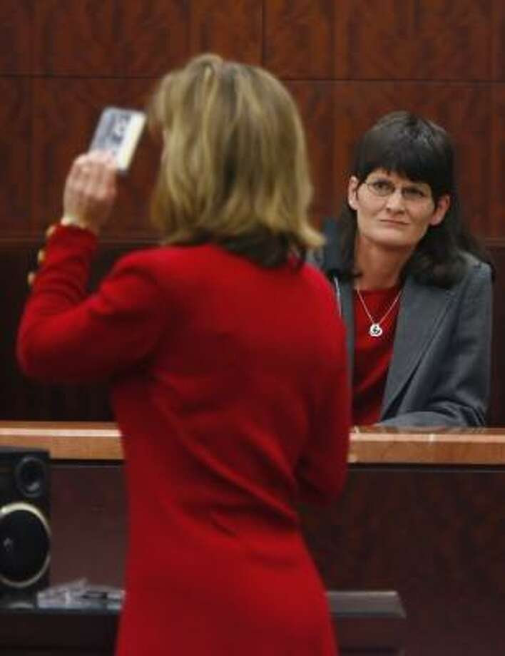 Prosecutor Kelly Siegler prepares to play a tape of a phone conversation that Brenda Lucas, right, the twin sister of Belinda Temple, had with David Temple that seemed to conflict with trial evidence. Photo: STEVE UECKERT, CHRONICLE