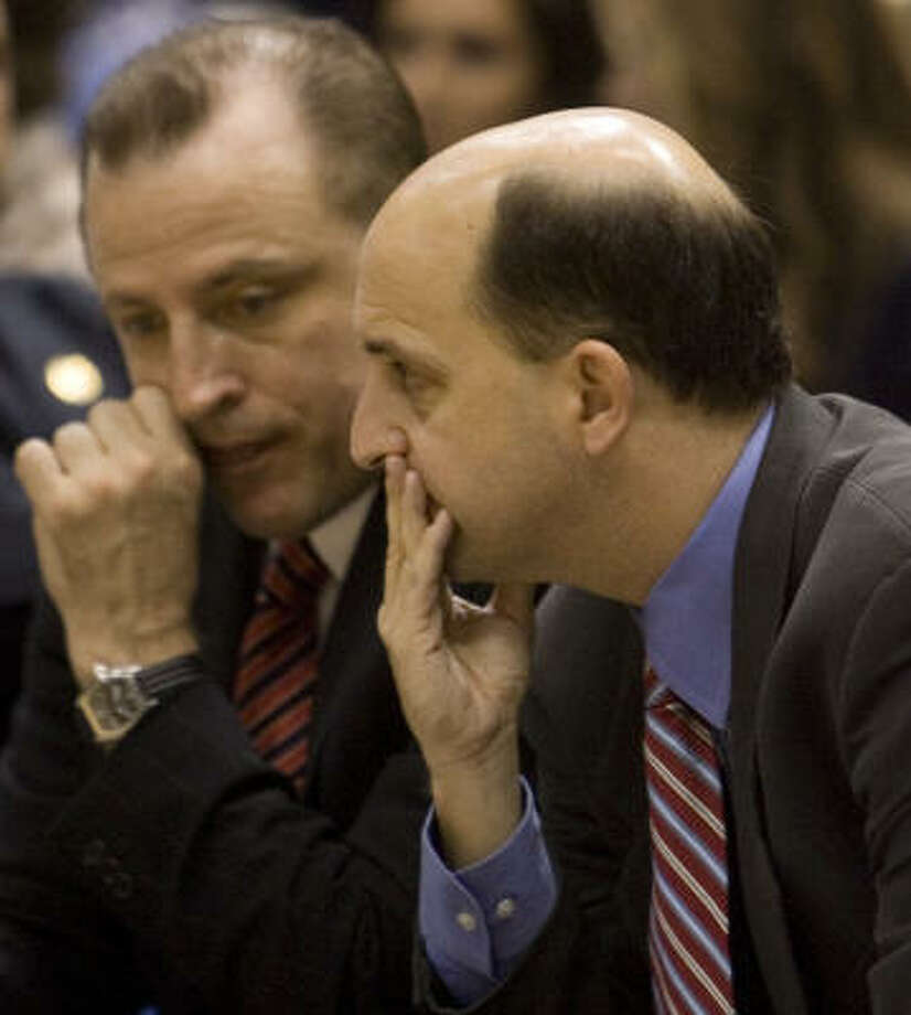 Rockets assistant coach Tom Thibodeau, left, has interviewed for the Sacramento Kings' coaching job and comes highly recommended by former Rockets coach Jeff Van Gundy. Photo: Smiley N. Pool, Chronicle