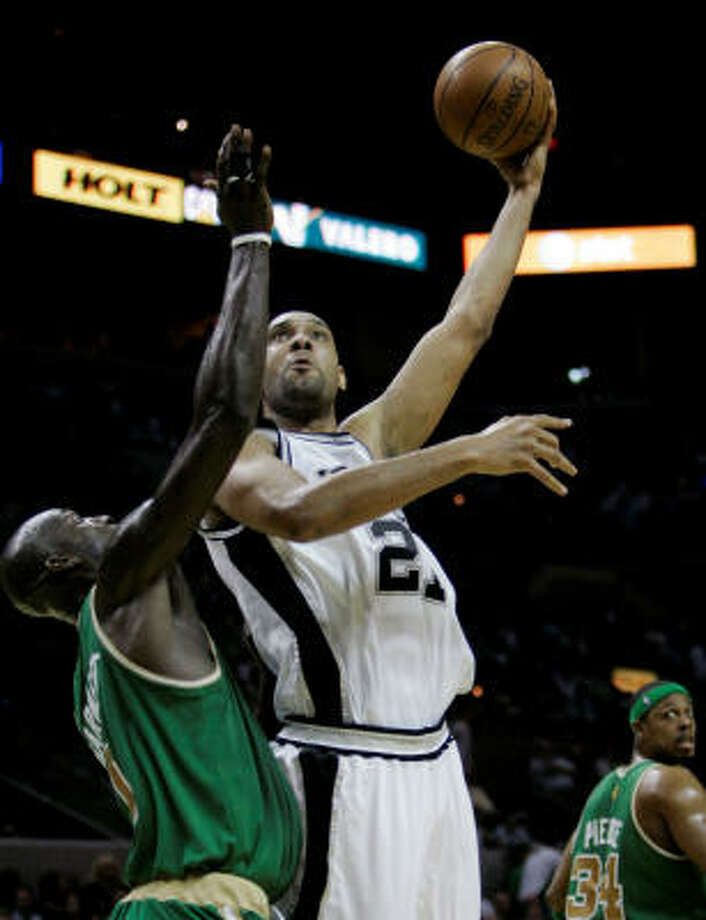 Spurs forward Tim Duncan, right, shoot over Celtics forward Kevin Garnett during the first quarter. Duncan scored 10 points in 34 minutes. Photo: Eric Gay, AP