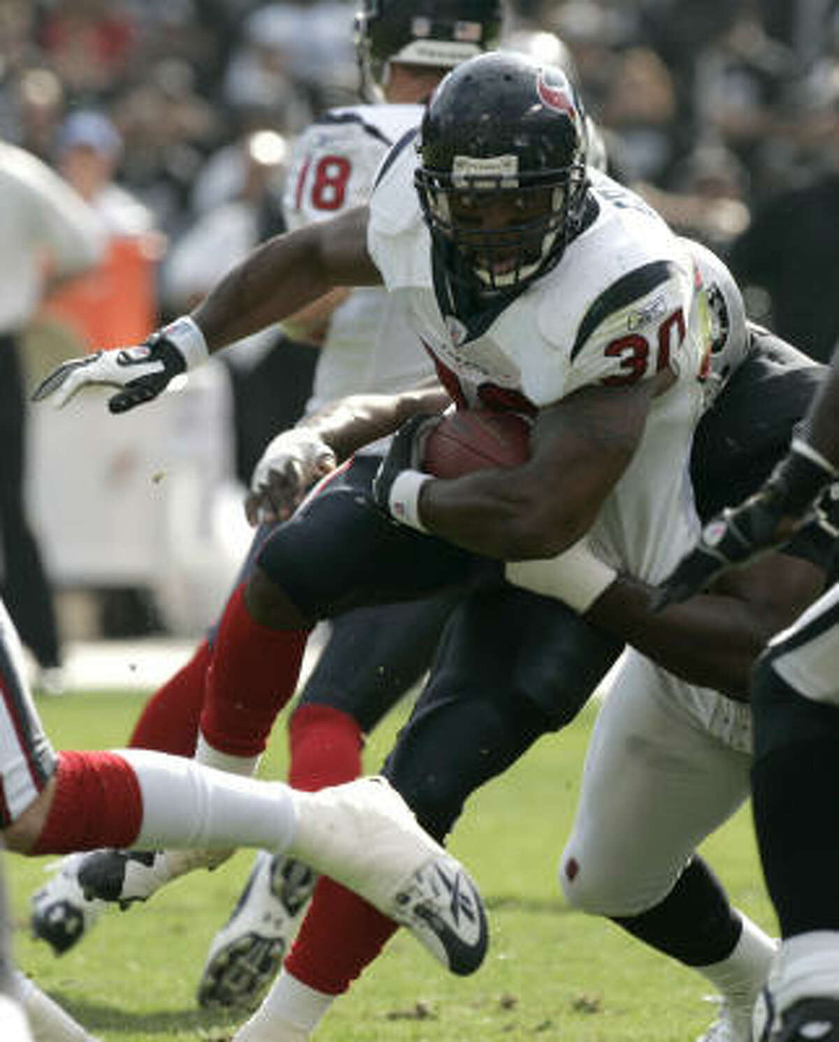 Texans running back Ahman Green (30) runs the ball up the middle against the Raiders.