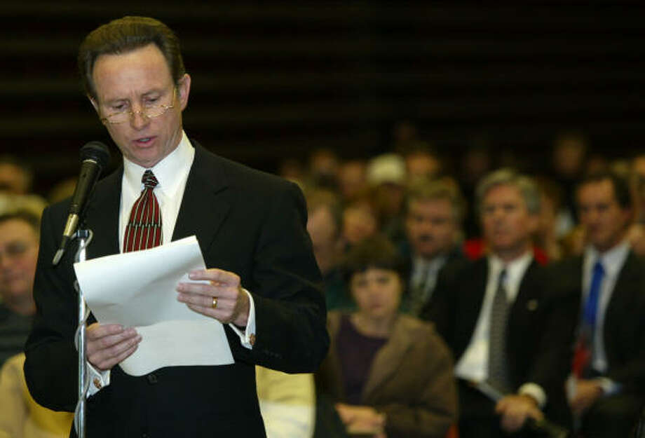 In this 2005 file photo, City of Pasadena Mayor John Manlove speaks  his opposition to the rail line before the Surface Transportation Board's public meeting on the rail line from the Bayport loop in southern Houston. Photo: Chronicle File Photo