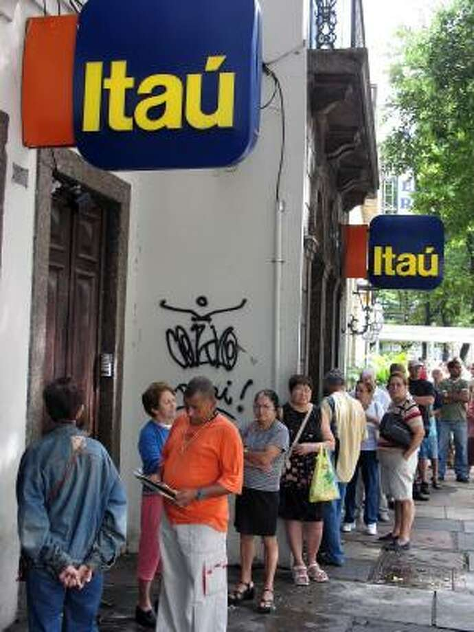 The banking system, once shunned by customers, has opened up new frontiers for Brazilians, who wait in long lines. Photo: JACK CHANG, MCT