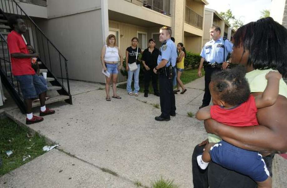 Houston police officers tell tenants Tuesday that the city has declared the Gables of Inwood uninhabitable. Photo: STEVE UECKERT, CHRONICLE