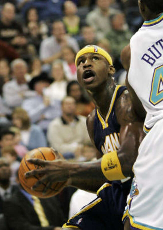 Al Harrington, left, finished with 27 points in a win over the Hornets on Saturday. Photo: Sue Ogrocki, AP