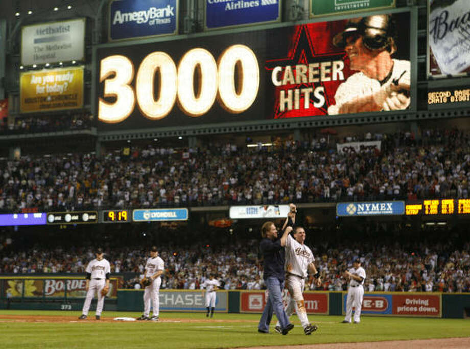 Former teammate Jeff Bagwell was there to congratulate Craig Biggio for reaching the 3,000-hit milestone. Photo: James Nielsen, Chronicle