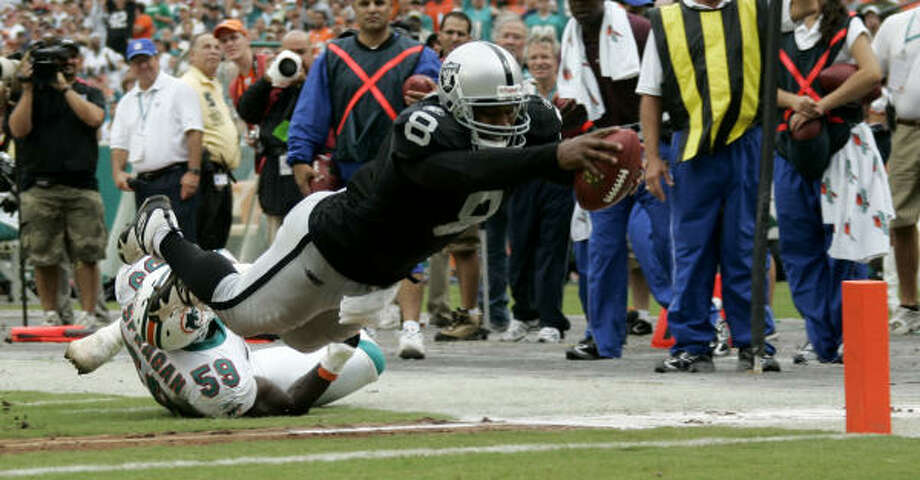 Oakland Raiders quarterback Daunte Culpepper ran for three touchdowns and threw for two more in the Raiders 35-17 win over the Miami Dolphins. Photo: J. Pat Carter, AP
