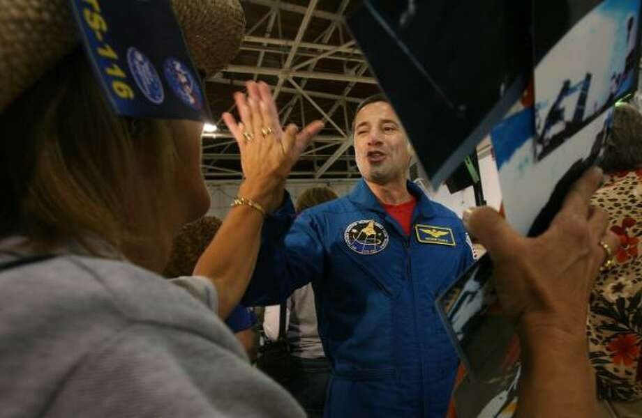 Discovery pilot George Zamka is welcomed by friends and family Thursday at Ellington Field after the crew returned to Houston from their Florida landing site. President Bush was among the fans in a private welcoming. Photo: MAYRA BELTRÁN, CHRONICLE