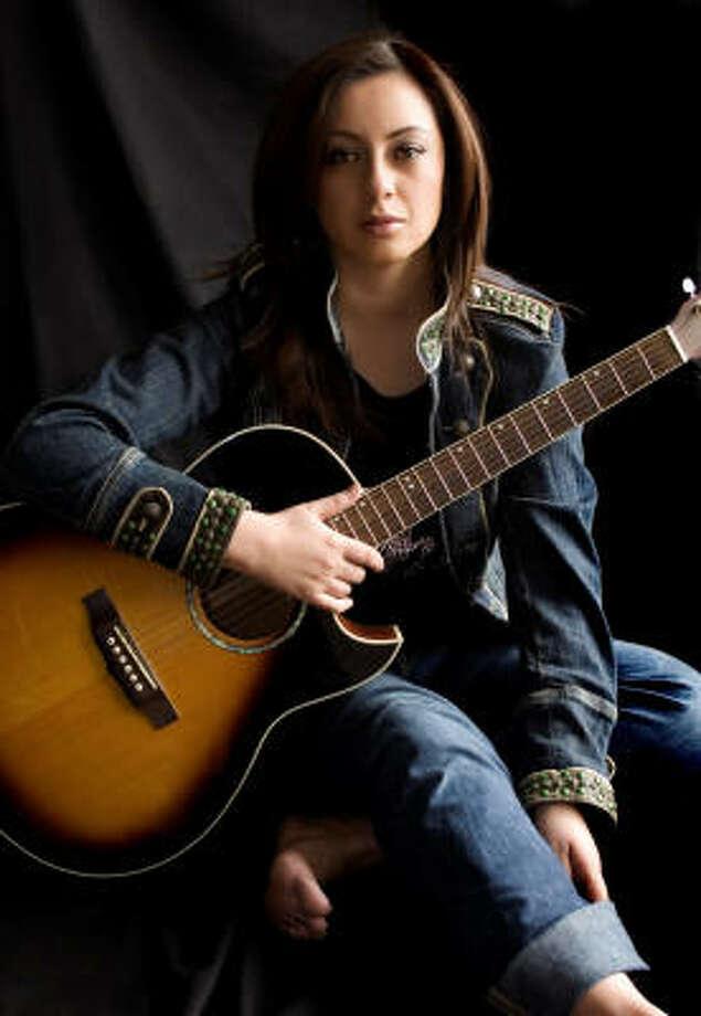 Paulina Aguirre, cantautora ecuatoriana nominada en los premios Latin Grammy. Photo: Azul Public Relations