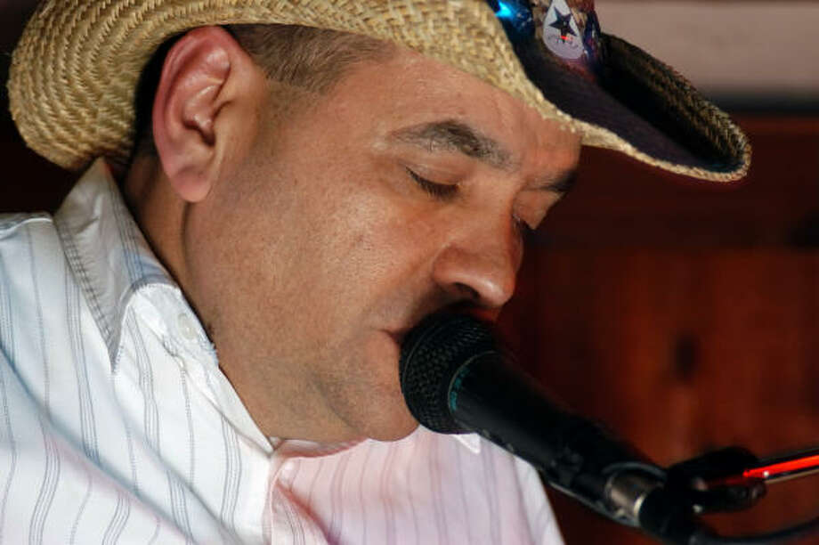 Marc Twyman performs at Molly's Pub. Photo: Tre' Ridings, For The Chronicle