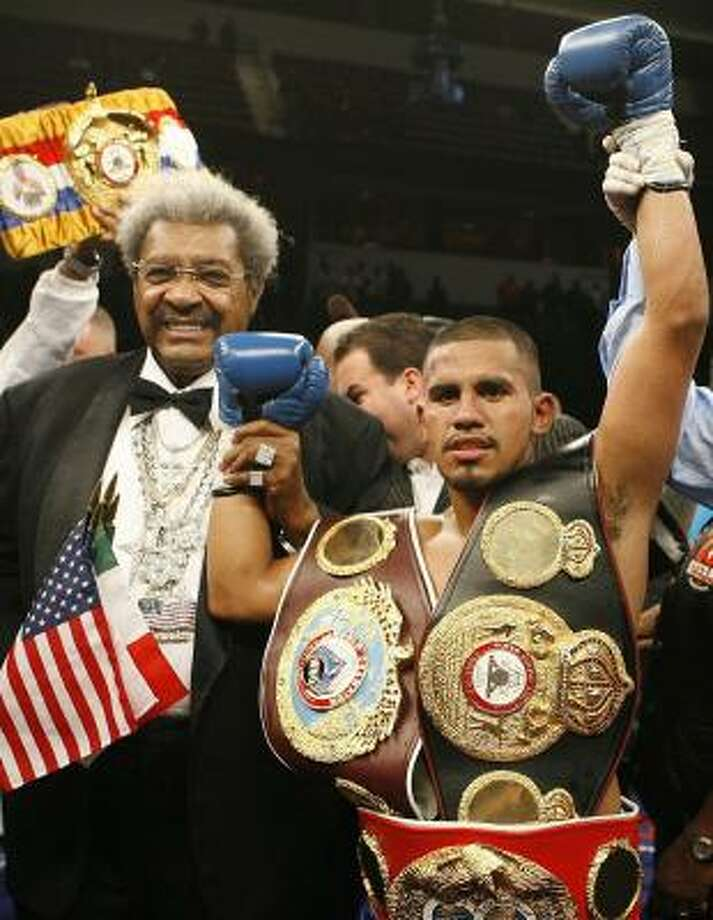 Don King (left) used placards to take shots at Juan Diaz (right) and Willie Savannah on Friday. Photo: NAM Y. HUH, CHRONICLE
