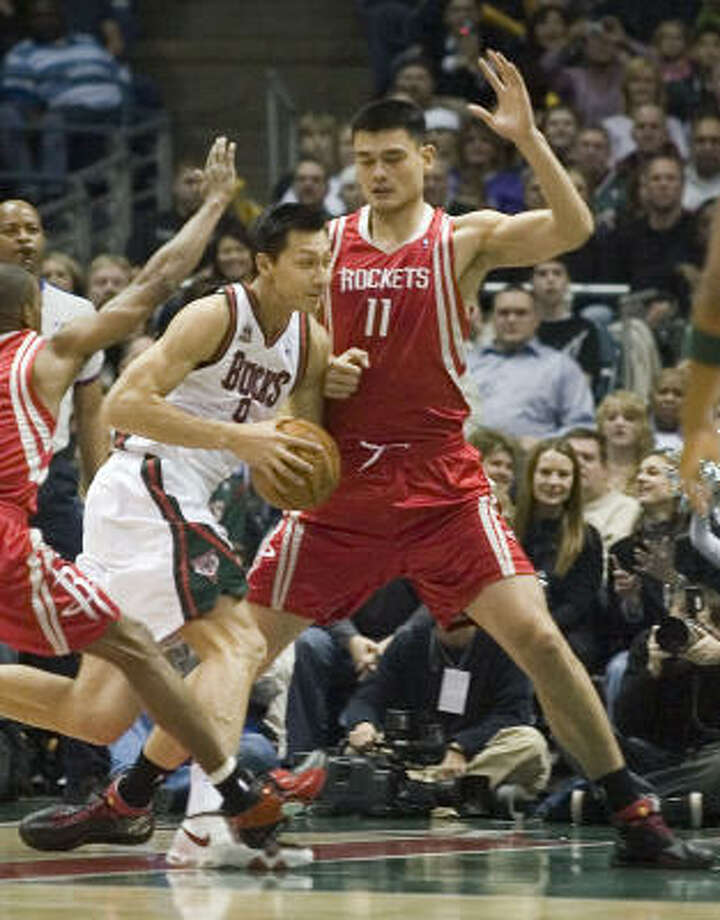 Yi Jianlian (left) drives past Rockets center Yao Ming during the first quarter. Yi scored six points on one-of-10 shooting and Yao scored 12 and grabbed 12 rebounds in a Rockets 91-83 victory in Milwaukee on Saturday night. Photo: Ron Kuenstler, AP