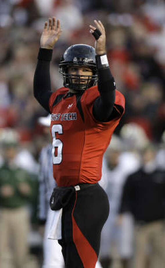 Texas Tech quarterback Graham Harrell won't have to miss any playing time after having surgery to repair nine breaks in two fingers of his non-throwing hand. Photo: LM Otero, AP