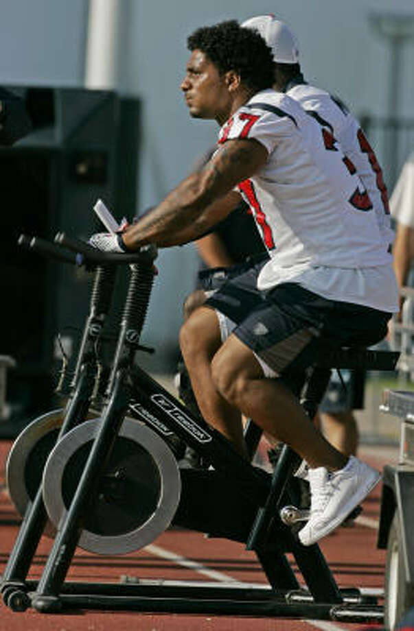 Domanick Davis works on a stationary bike during morning practice at Texans training camp on Sunday. Photo: BRETT COOMER, CHRONICLE