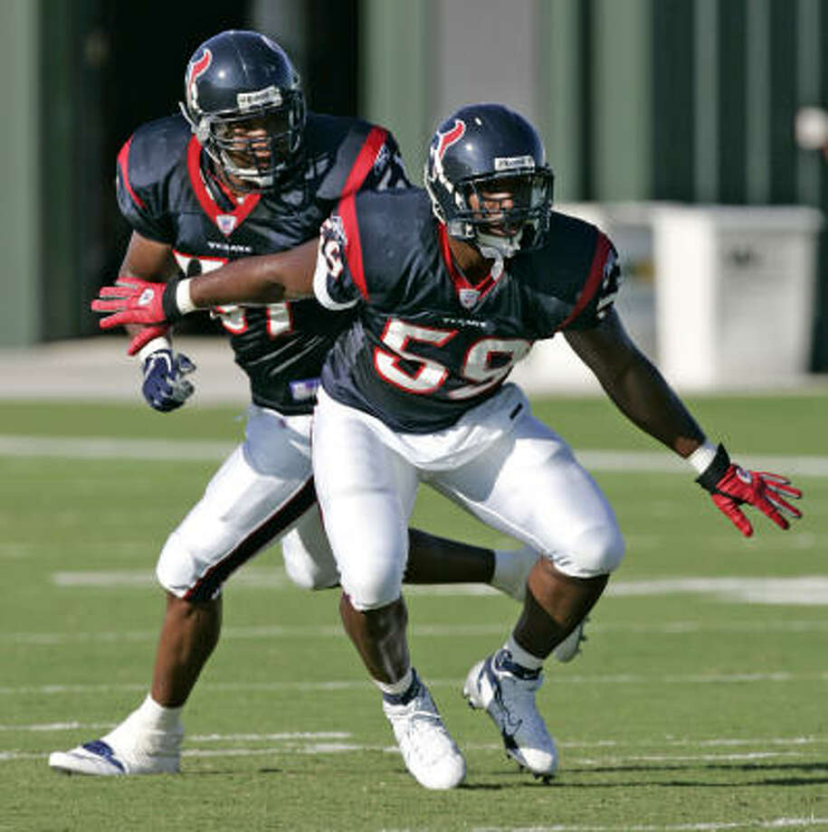 Linebacker DeMeco Ryans does pass coverage drills with teammate DaShon Polk during Texans training camp on Monday. Photo: BRETT COOMER, CHRONICLE