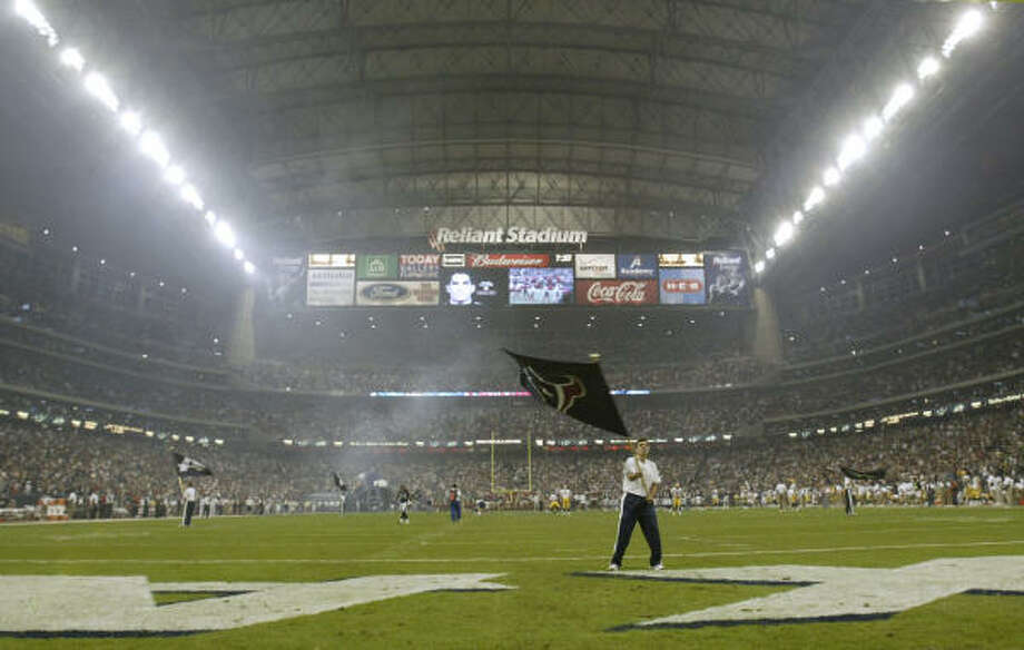 The closest the Texans have come to having the NFL's undivided attention in prime time at Reliant Stadium was when they hosted the Packers on a Sunday night in 2004. The Texans lost 16-13 on a last-second field goal. Photo: Nathan Lindstrom, Chronicle File