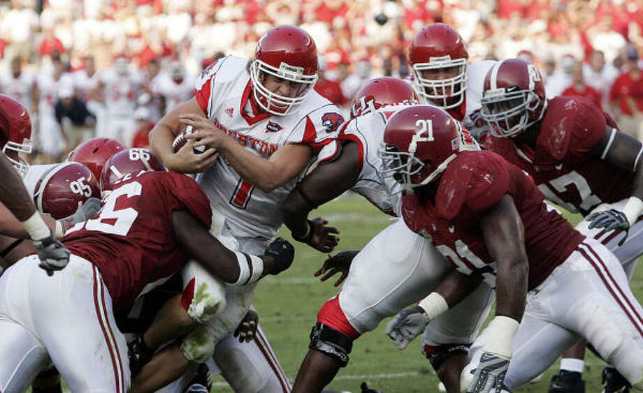 Quarterback Case Keenum (7) and the Cougars had it rough at Alabama, where they lost 30-24 on Saturday. Photo: Butch Dill, AP